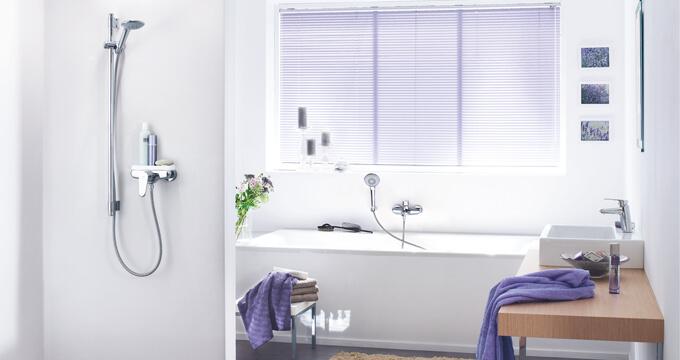 Łazienka z tradycyjnymi bateriami wannowymi i prysznicowymi